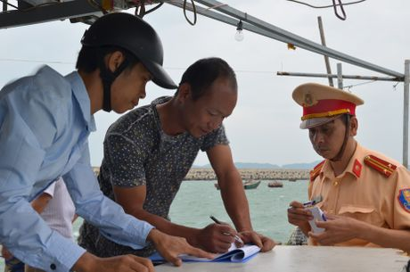 Quang Ninh: Cam bien tu 8h ngay 18-10, van dong tau thuyen ve noi tranh tru bao - Anh 4