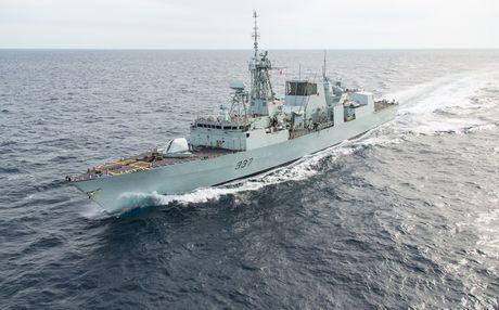 Uy luc tau ho ve HMCS Vancouver Canada vua cap cang Sai Gon - Anh 1