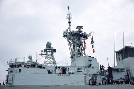 Uy luc tau ho ve HMCS Vancouver Canada vua cap cang Sai Gon - Anh 2