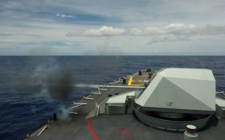 Uy luc tau ho ve HMCS Vancouver Canada vua cap cang Sai Gon - Anh 4