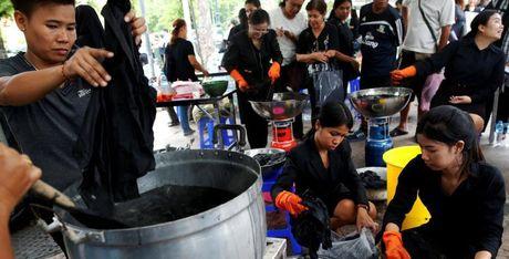 Thiếu quần áo đen, thanh niên Thái ra đường nhuộm đồ đen miễn phí