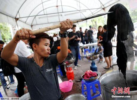 Giua thang quoc tang, thanh nien Thai da lam 1 viec nuc long dan - Anh 3