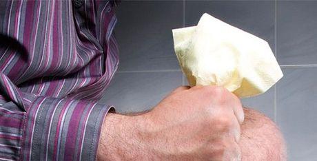 Sai lam nghiem trong khi di ve sinh nhieu nguoi mac phai - Anh 1