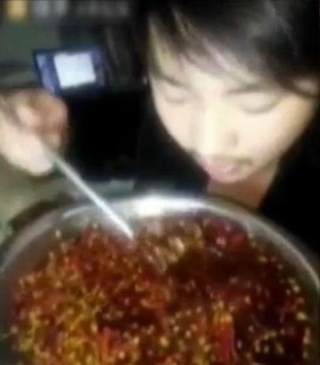 Anh chang live-stream canh uong ot cay va cai ket bat ngo - Anh 1