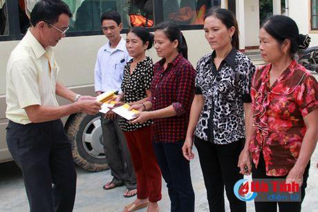 CIENCO4 va Bao Ha Tinh trao 200 trieu dong cho nguoi dan vung lu - Anh 2
