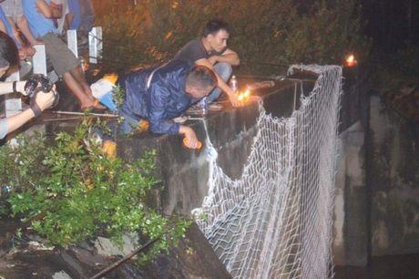 Binh Duong: No luc tim kiem be trai bi nuoc cuon vao cong trong dem - Anh 3