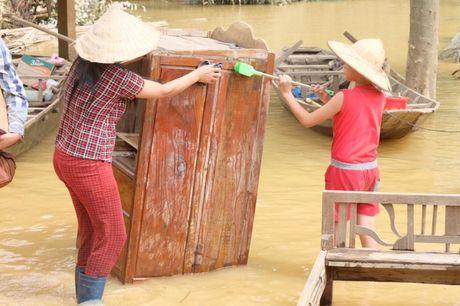Hoa hau Ngoc Han vuot lu ve voi ba con mien Trung - Anh 4