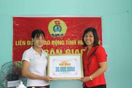 LDLD tinh Hung Yen: Ban giao 3 MACD cho NLD co hoan canh kho khan - Anh 2