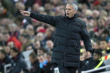 Mang xe bus den Liverpool, doan quan cua Mourinho lap ky luc toi te - Anh 1