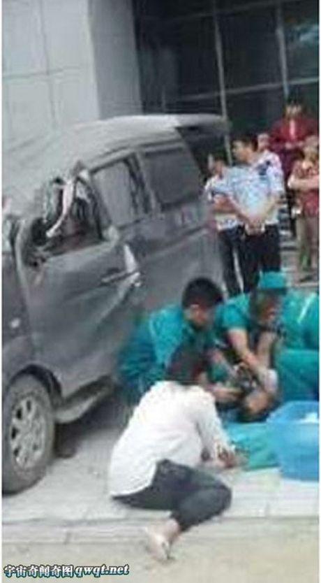 Vu tai nan hy huu: Roi 20 tang xuong khong thiet mang ma chet nguoi ngoi trong xe o to - Anh 2
