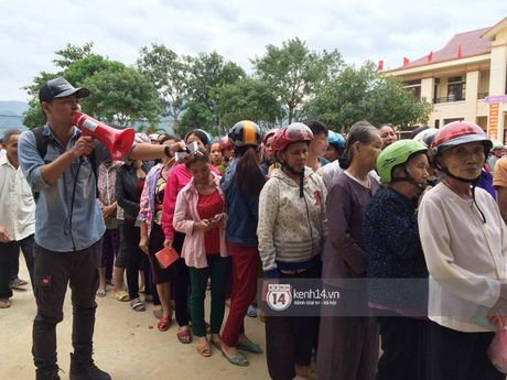 MC Phan Anh trao nhung phan qua cuu tro dau tien: 'Moi nguoi thuong con thi xep hang ngay ngan vao a' - Anh 2