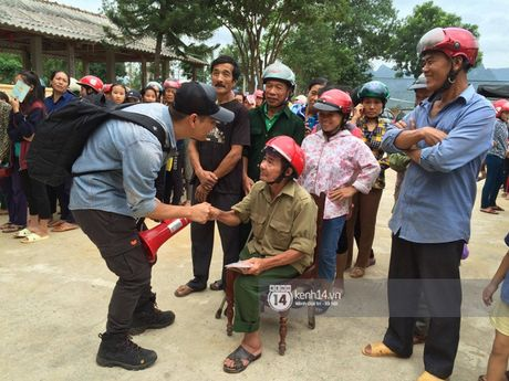 MC Phan Anh trao nhung phan qua cuu tro dau tien: 'Moi nguoi thuong con thi xep hang ngay ngan vao a' - Anh 3