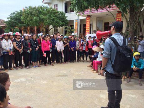MC Phan Anh trao nhung phan qua cuu tro dau tien: 'Moi nguoi thuong con thi xep hang ngay ngan vao a' - Anh 4