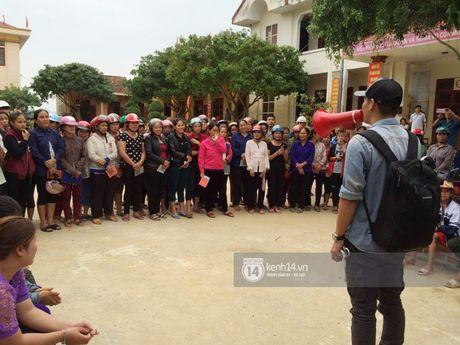 MC Phan Anh trao nhung phan qua cuu tro dau tien: 'Moi nguoi thuong con thi xep hang ngay ngan vao a' - Anh 5