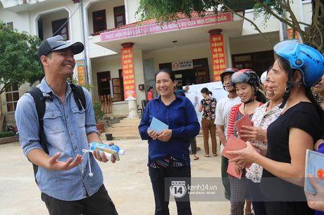 MC Phan Anh trao nhung phan qua cuu tro dau tien: 'Moi nguoi thuong con thi xep hang ngay ngan vao a' - Anh 6