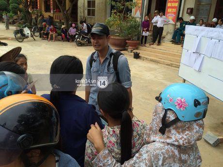 MC Phan Anh trao nhung phan qua cuu tro dau tien: 'Moi nguoi thuong con thi xep hang ngay ngan vao a' - Anh 7
