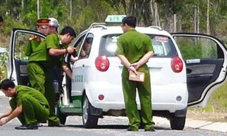 Du tai xe taxi vao nghia trang giua Sai Gon de cuop tai san - Anh 1