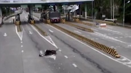 Video xe may lan long loc khi chay vao lan duong danh cho o to tai tram thu phi o Ben Tre - Anh 1
