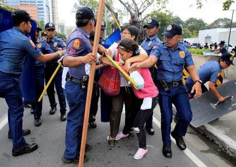 Hien truong xe canh sat lao vao nguoi bieu tinh o Philippines - Anh 10