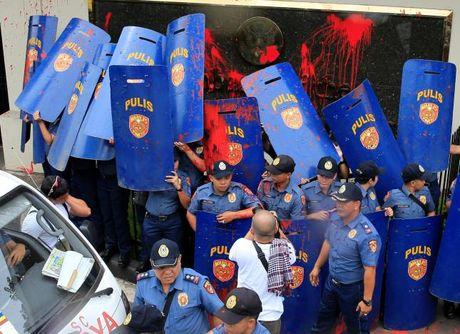 Hien truong xe canh sat lao vao nguoi bieu tinh o Philippines - Anh 6