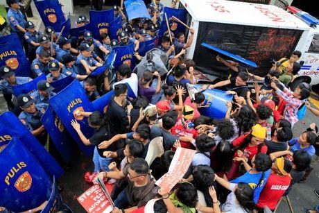 Hien truong xe canh sat lao vao nguoi bieu tinh o Philippines - Anh 7