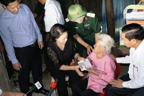 Chu tich Quoc hoi tham hoi tang qua cho nhan dan vung tam lu - Anh 3