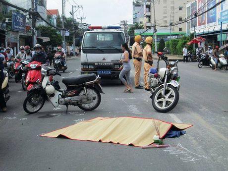 Xe buyt cuon 2 chi em thuong vong tren duong Nguyen Kiem - Anh 1