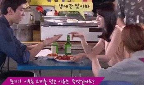 Loat sao nu Kpop vuong tranh cai vi nhung cai liec mat an y - Anh 3