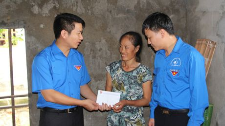 Bi thu Trung uong Doan tham, tang qua nhan dan bi lu lut tai Nghe An - Anh 1