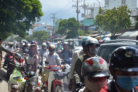 Bi xe bon cho nguyen lieu keo le, nguoi phu nu tu vong tai cho - Anh 2