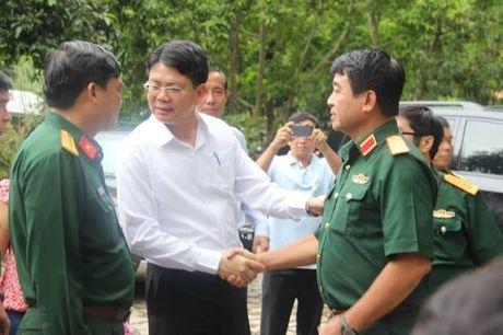 Dua thi the 3 phi cong may bay EC130 ve benh vien 175 de nhan dang - Anh 15