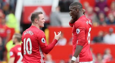 Dang bi 'nem da', Rooney bao ve Pogba truoc bua riu du luan - Anh 1
