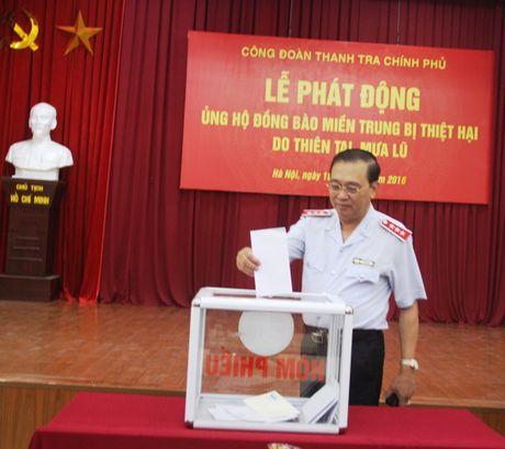 Thanh tra Chinh phu phat dong ung ho dong bao mien Trung - Anh 3