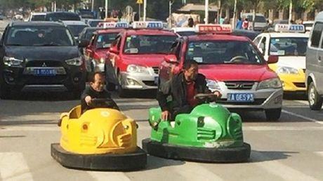 Hai nguoi dan ong Trung Quoc hon nhien lai xe dien ti hon tren pho - Anh 7