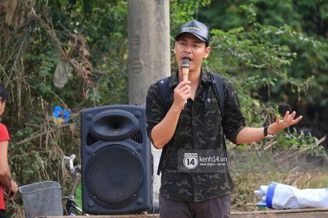 Ngay trao qua cuu tro thu 2: 'Mong lan sau den day, ba con co the tang qua nguoc lai cho Phan Anh' - Anh 1