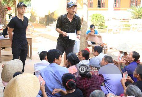 Ngay trao qua cuu tro thu 2: 'Mong lan sau den day, ba con co the tang qua nguoc lai cho Phan Anh' - Anh 2