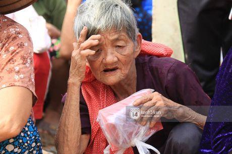 Ngay trao qua cuu tro thu 2: 'Mong lan sau den day, ba con co the tang qua nguoc lai cho Phan Anh' - Anh 6