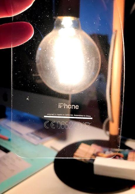 Xai iPhone 7 den bong dung dan lung bao ve, neu khong se the nay day - Anh 1