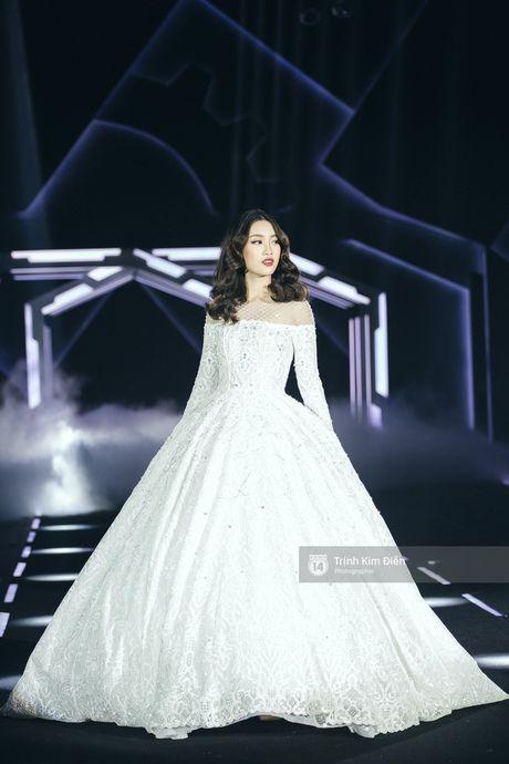Hoa hau My Linh lam vedette, trinh dien an tuong trong show cua NTK Chung Thanh Phong - Anh 1