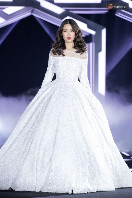 Hoa hau My Linh lam vedette, trinh dien an tuong trong show cua NTK Chung Thanh Phong - Anh 3