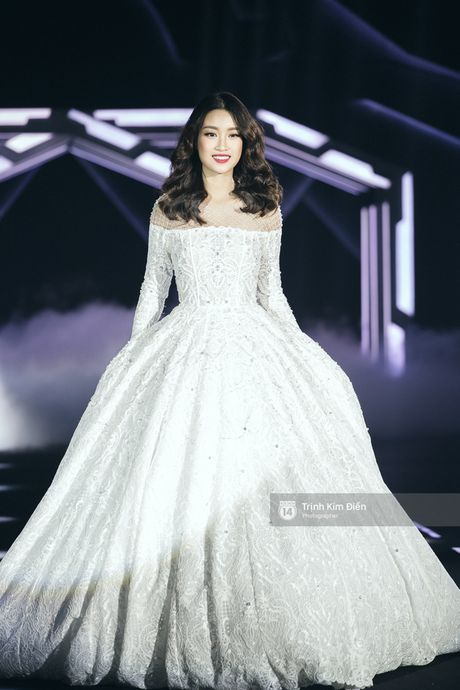 Hoa hau My Linh lam vedette, trinh dien an tuong trong show cua NTK Chung Thanh Phong - Anh 4