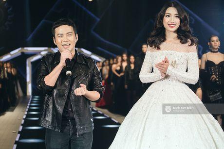 Hoa hau My Linh lam vedette, trinh dien an tuong trong show cua NTK Chung Thanh Phong - Anh 8