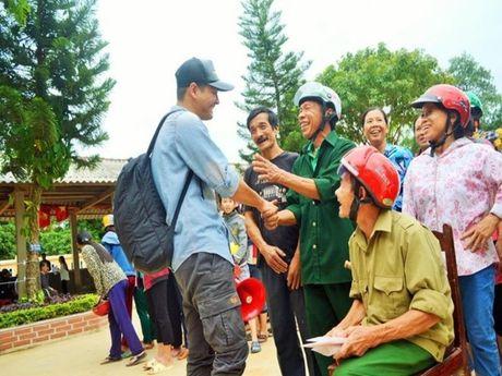 Hinh anh MC Phan Anh cuu tro ba con mien Trung - Anh 1