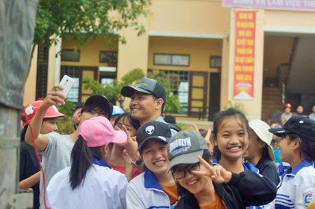 Hinh anh MC Phan Anh cuu tro ba con mien Trung - Anh 6