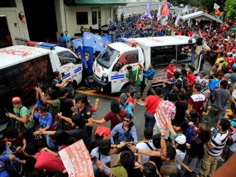 Canh sat Philippines dung xe tai dam nguoi bieu tinh - Anh 1