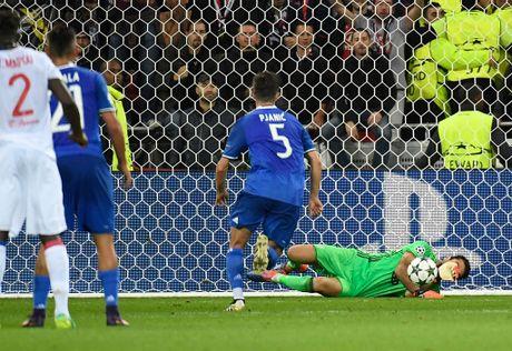 Buffon can pha 11 m, Juventus thang trong tran mat nguoi - Anh 5
