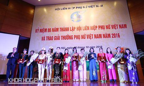 Trao giai thuong Phu nu Viet Nam cho 16 tap the, ca nhan xuat sac - Anh 1