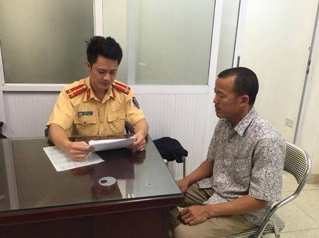 Phat nguoi tai xe taxi VIC di nguoc chieu tren cau Hoang Minh Giam - Anh 1