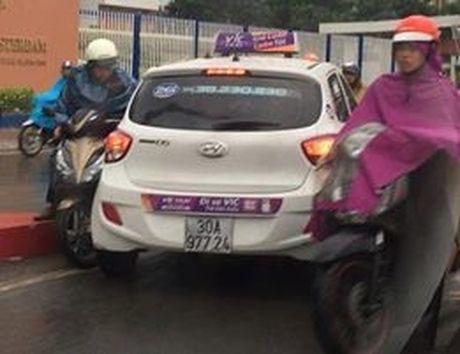 Phat nguoi tai xe taxi VIC di nguoc chieu tren cau Hoang Minh Giam - Anh 2