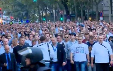 Chum anh: CDV Legia Warsaw 'hon chien' voi canh sat Madrid - Anh 1